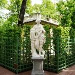 Классические фигуры и статуи в саду1