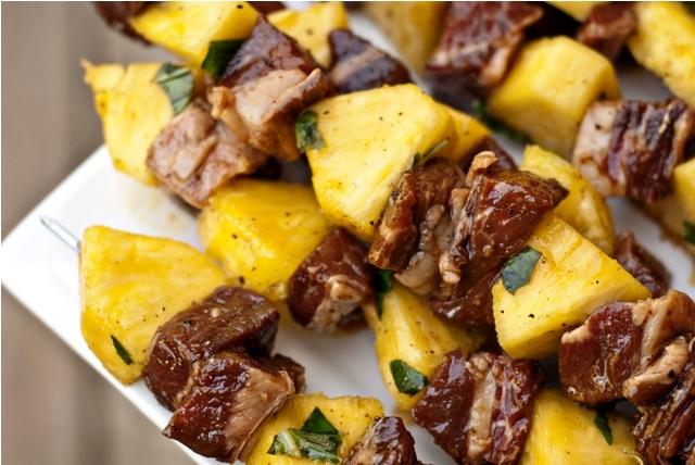 Шашлык из говядины с ананасом и оливками