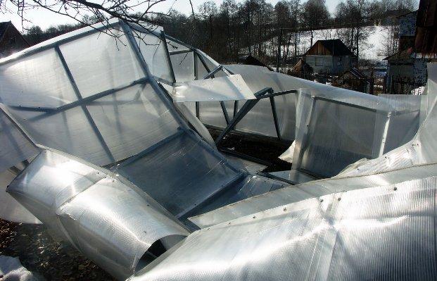 Крыша теплицы не выдержала давление снега