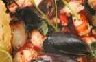 Ассорти из морепродуктов с овечьим сыром и тостами
