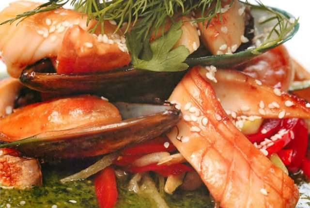 Ассорти из морепродуктов с овощами вок и соусом из кинзы