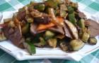 Барбекю из говядины с шампиньонами, картофелем и зеленым горошком