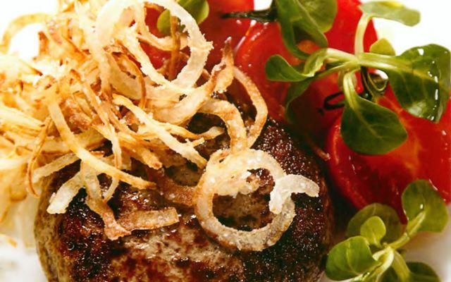 Бифштекс рубленый с хрустящим луком и соусом барбекю
