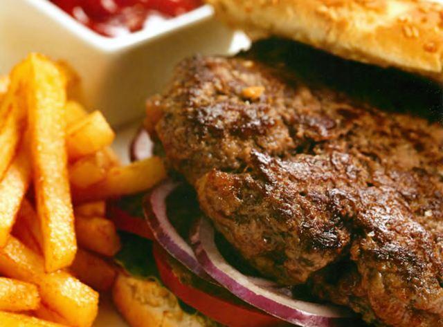 Бургер с картофелем и кетчупом