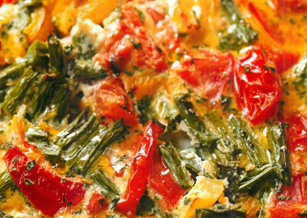 Фасоль, запеченная с овощами и яйцом