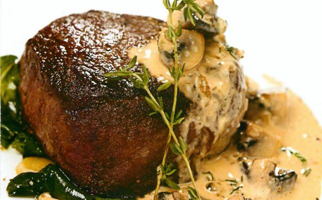 Филе говядины со шпинатом и грибным соусом