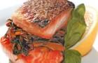 Филе лосося со сладким перцем и красным луком