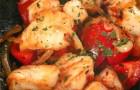 Филе сома, тушенное с луком и помидорами