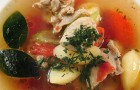 Филе цыпленка в пряном бульоне с овощами