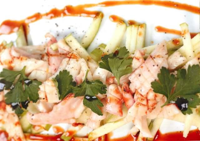 Кальмары гриль с зеленым яблоком и соусом терияки