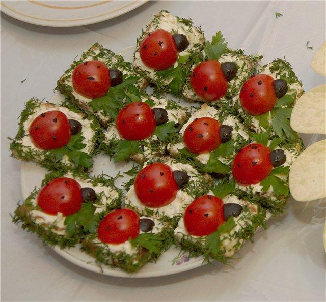 Канапе «Божья Коровка» с сыром и зеленью