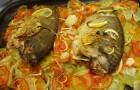 Карп с картофелем и помидорами