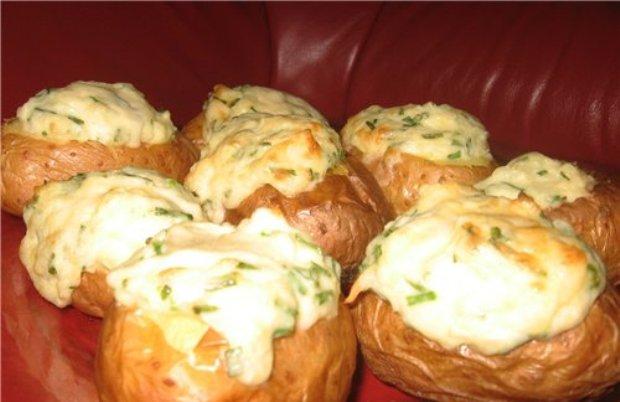 Картофель печеный, фаршированный луком