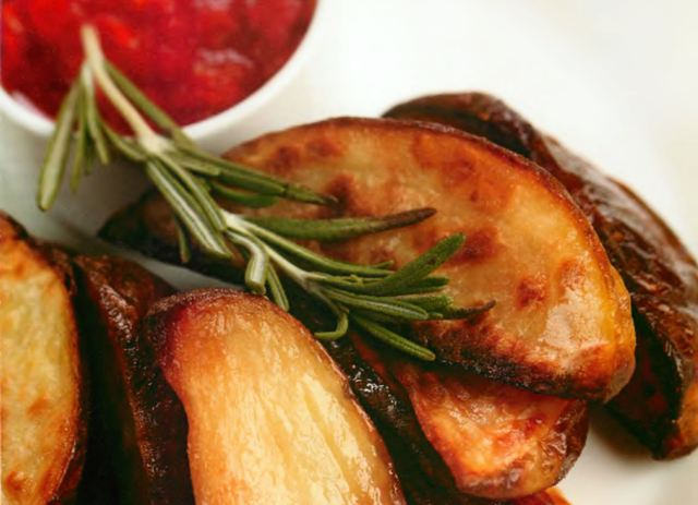 Картофель, запеченный с розмарином и чесноком, с томатной сальсой