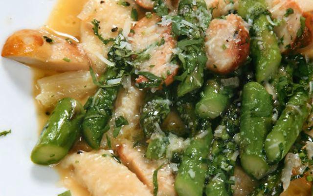 Картофельные ньокки с зеленой спаржей и белыми грибами