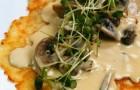 Картофельные оладьи с соусом из лесных грибов