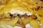 Картофельный рулет с грибами под соусом из сладкого перца