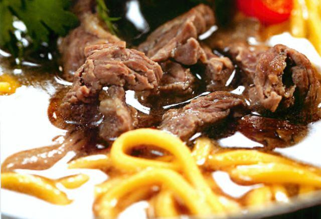 Китайский суп из телятины с лапшой и грибами