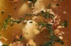 Куриный бульон с орехами и перепелиным яйцом