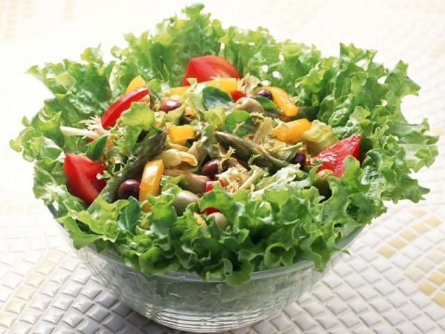 Листовой салат с шалотом, маринованным в винном отваре