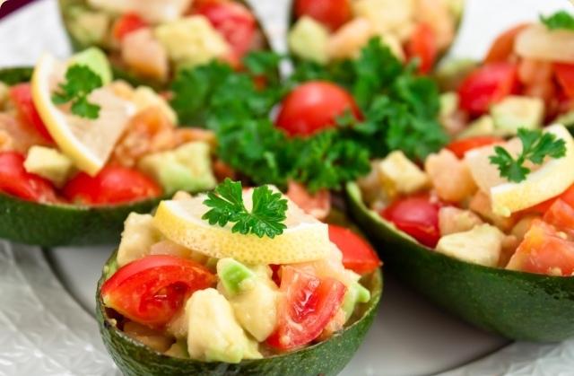 Лодочки из авокадо с тунцом