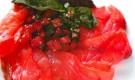 Ломтики лосося с помидорами конфи и гренками