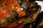 Мидии с луком-пореем в томатной сальсе