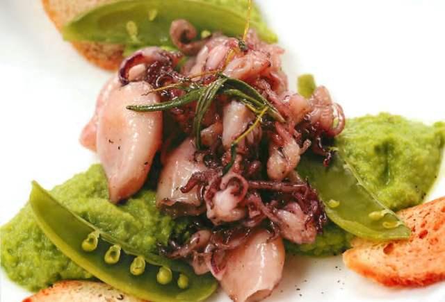 Мини-кальмары с пюре из зеленого горошка