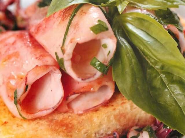 Мини-кальмары в белом вине на хрустящих тостах