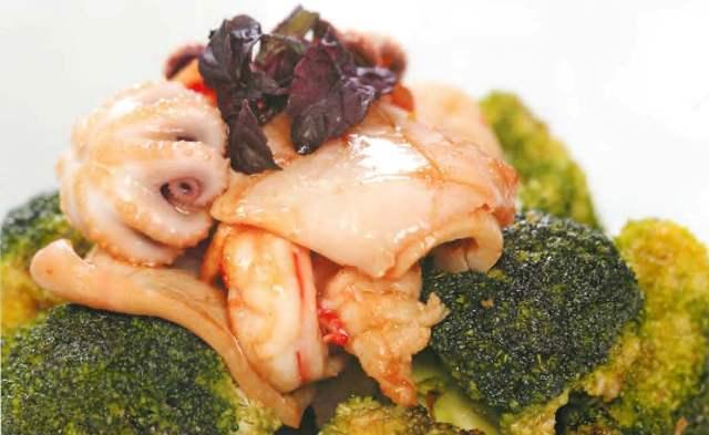 Морепродукты с брокколи и соевым соусом