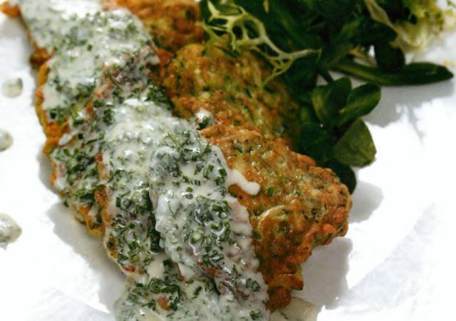 Оладьи из кабачков с пряным соусом из сметаны и зелени
