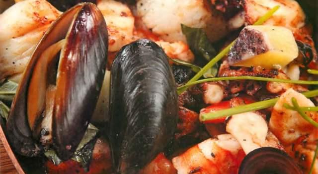 Отварные морепродукты с песто из кинзы