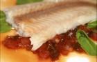 Пангасиус под брусничным соусом