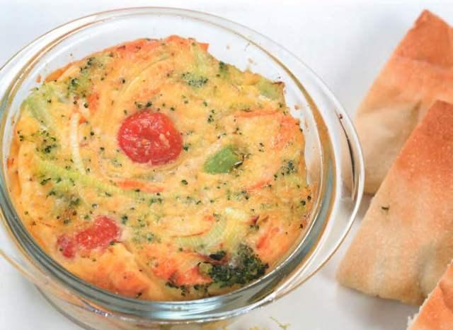 Паровой омлет с овощами и пармезаном