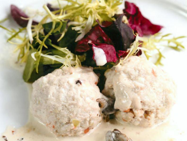 Паровые котлеты из кролика с грибным соусом и салатом