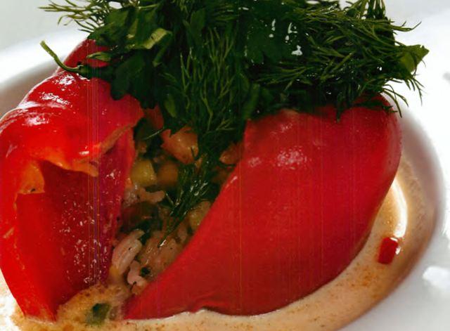 Перец, фаршированный овощами, в сливочном соусе