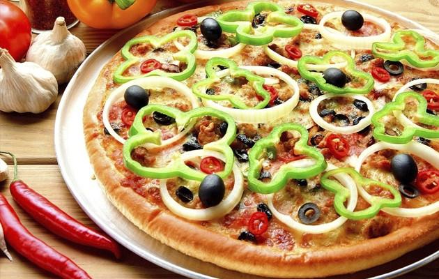 Пицца с оливками и чесноком