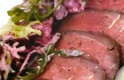 Ростбиф с печеной свеклой и листьями салата под соусом хрен