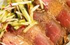 Ростбиф с пикантной заправкой и салатом из огурца и редиса
