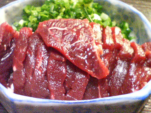 Шашлык из китового мяса со сливами
