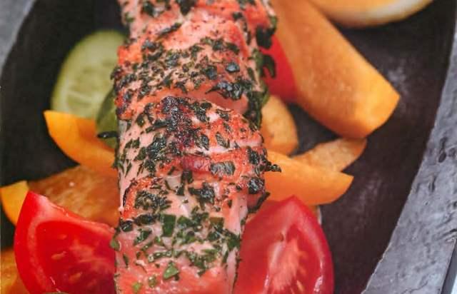 Шашлык из лосося с травами и свежими овощами