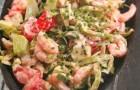 Салат из коктейльных креветок с клубникой и авокадо