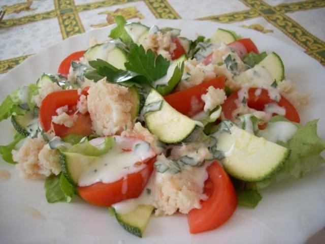 Салат из маринованных цукини с йогуртовой заправкой