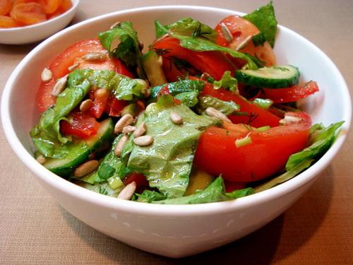 Салат из овощей с семечками