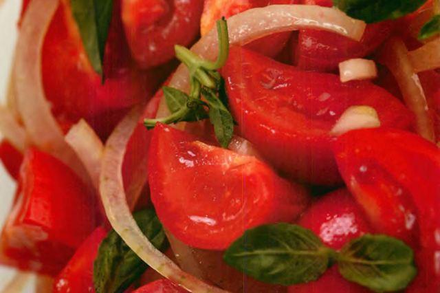 Салат из помидоров и сладкого лука