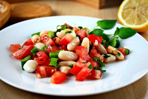 Салат из помидоров с фасолью