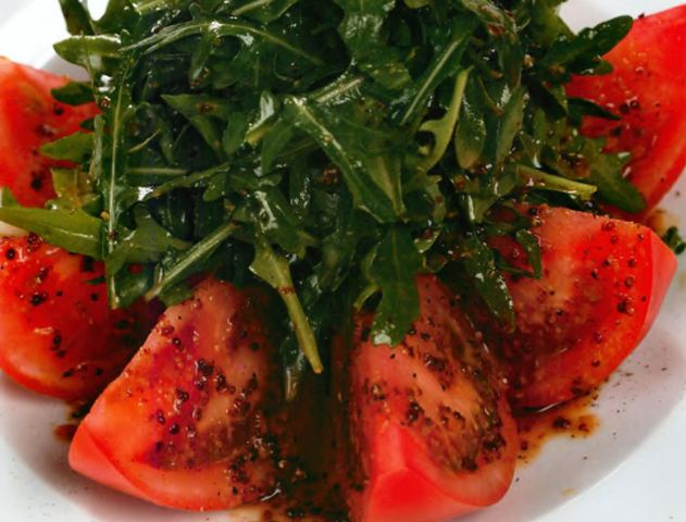 Салат из помидоров с рукколой под горчичным соусом