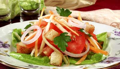 Салат с гренками