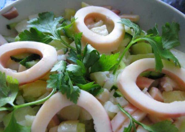 Салат с кальмарами