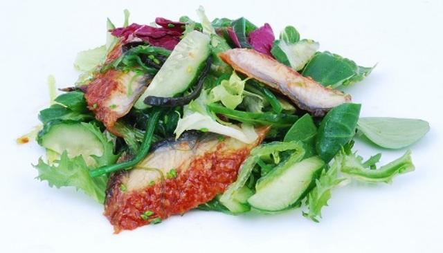 Салат с копченым угрем и соусом унаги